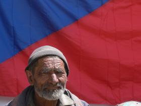 Muž s vlajkou